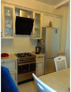 Фото 5.Кухня с фасадами из профиля МДФ AGT белый структурный с патиной золото