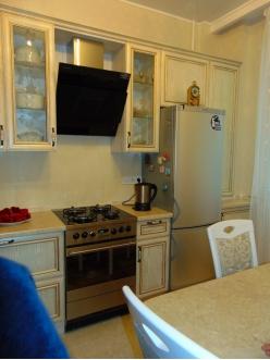 5.Кухня с фасадами из профиля МДФ AGT белый структурный с патиной золото